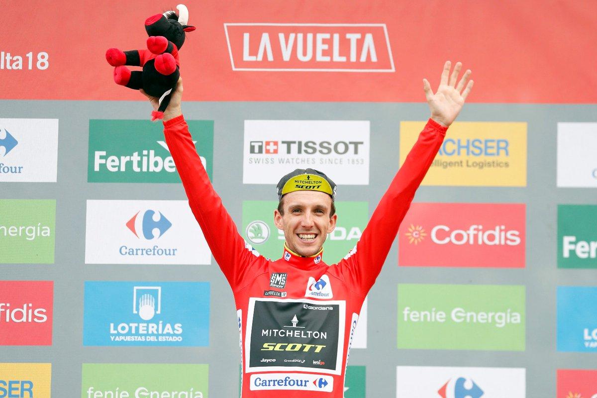 Simon Yates festeggia la maglia rossa a La Vuelta