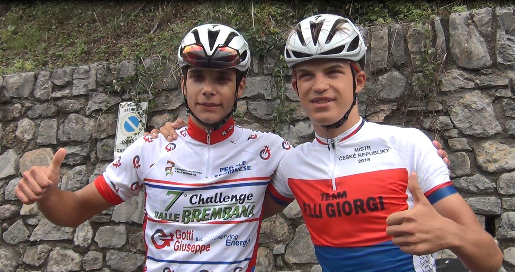 Andrea D'Amato e Mathias Vacek festeggiano dopo l'arrivo