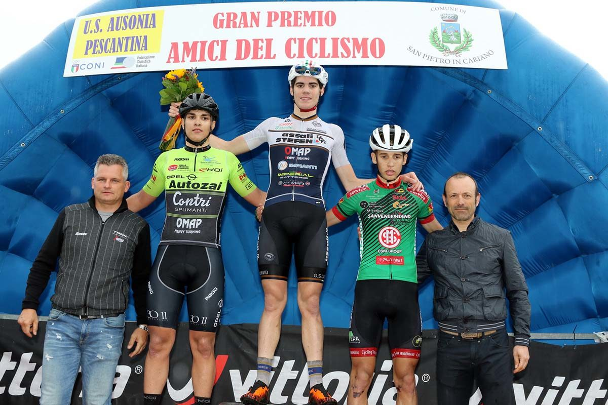 Il podio Juniores di San Pietro in Cariano (foto Photobicicailotto)