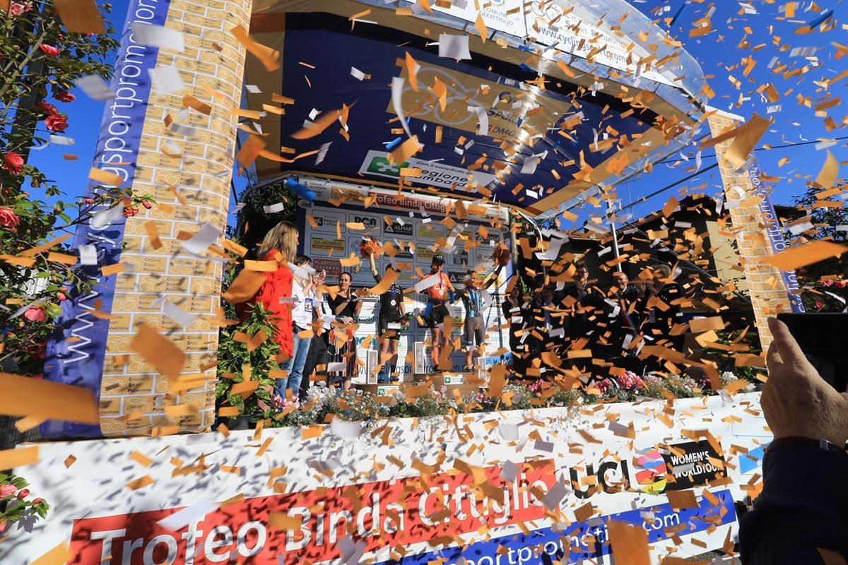 Festa a Cittiglio per la quarta vittoria di Marianne Vos (foto Fabiano Ghilardi)