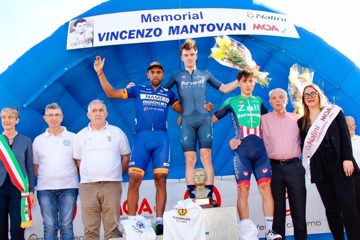 Il podio del Memorial Vincenzo Mantovani a Castel d'Ario (foto Photobicicailotto)