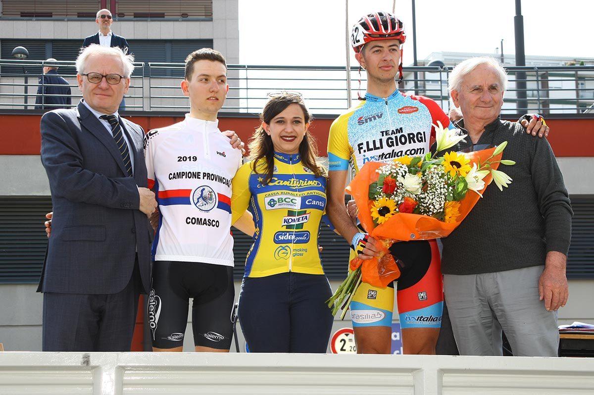 La premiazione del vincitore Yuri Brioni e del neo campione provinciale comasco Francesco Galimberti a Cantù