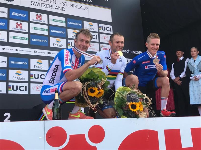Il podio del Mondiale Marathon maschile vinto da Leonardo Paeze con Samuele Porro terzo