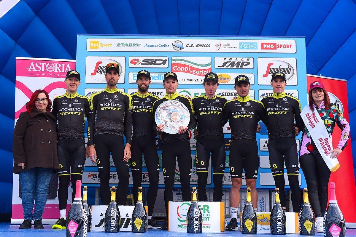La Mitchelton-Scott festeggia la vittoria nella cronosquadre della Settimana Coppi e Bartali (foto Bettini)