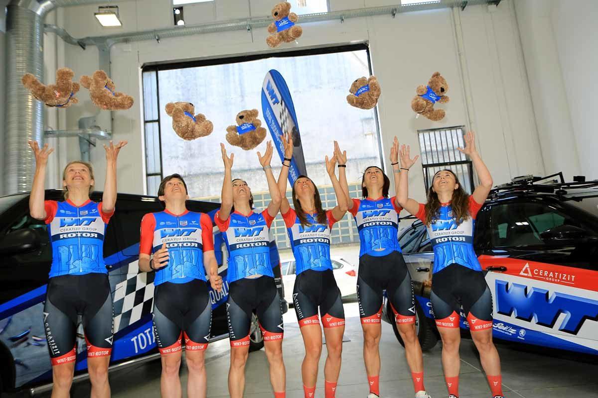 Le ragazze della WNT Rotor Pro Cycling giocano con le mascotte (foto Fabiano Ghilardi)