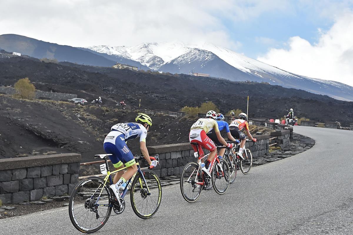 La spettacolare salita verso l'Etna (foto LaPresse)