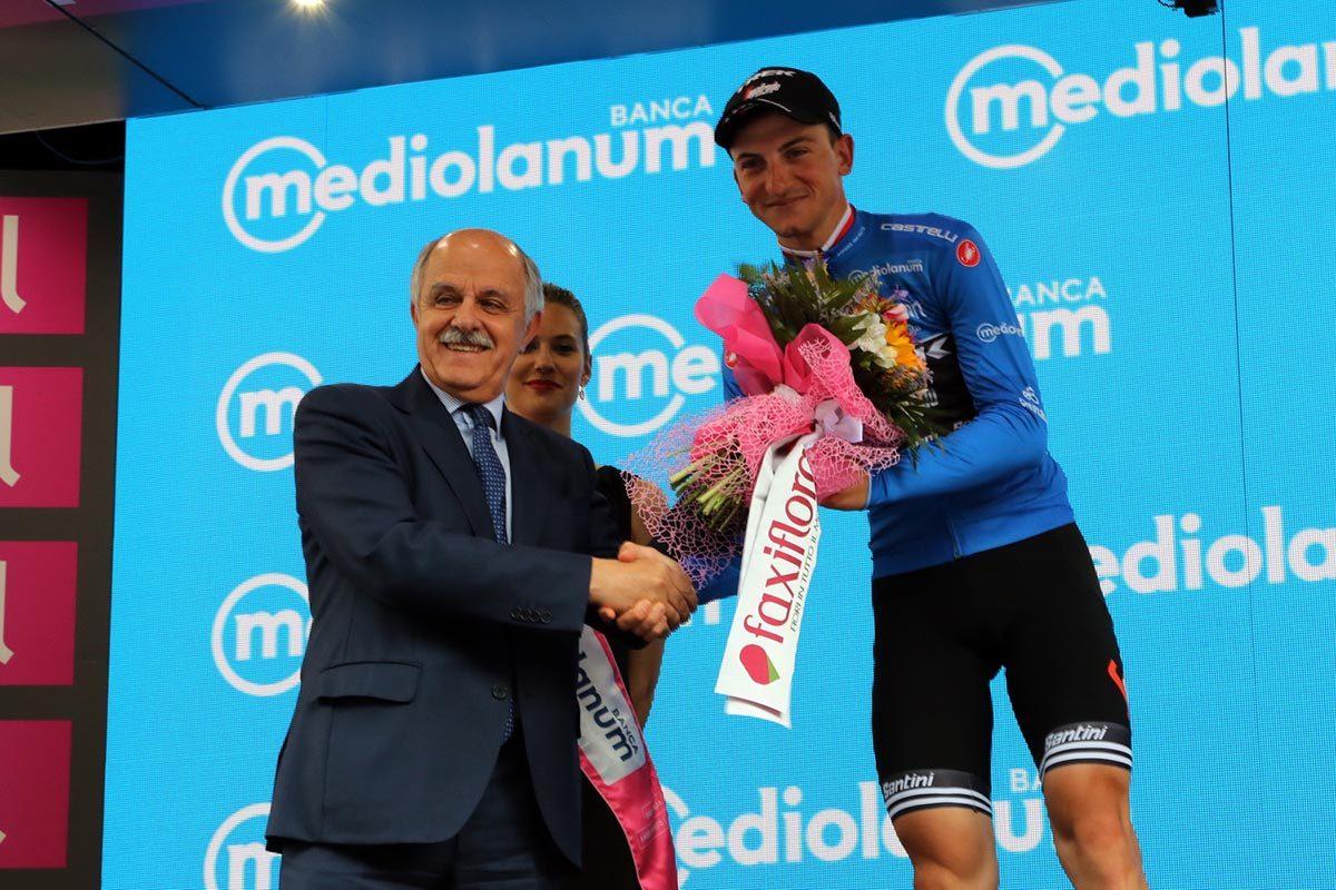 La maglia azzurra Giulio Ciccone premiato dal presidente FCI Renato Di Rocco (foto Photobicicailotto)