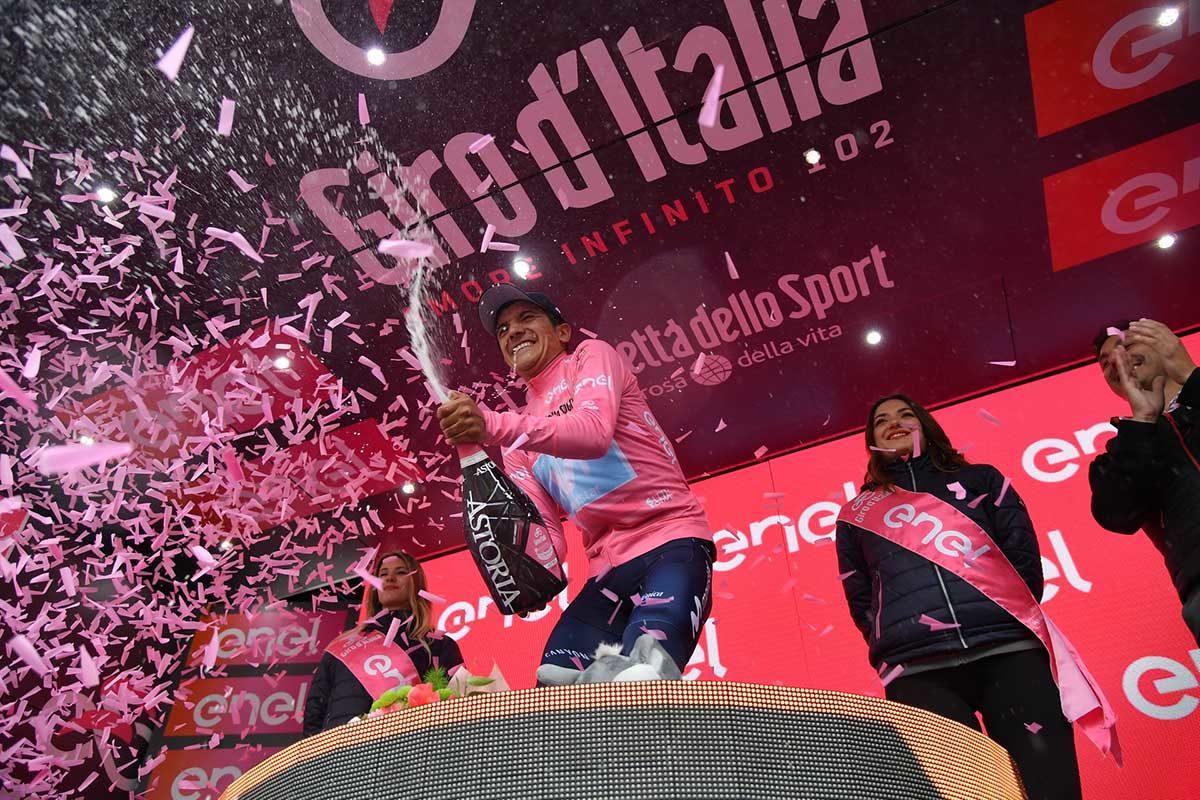 Richard Carapaz è la nuova maglia rosa del Giro d'Italia 2019 (foto LaPresse)