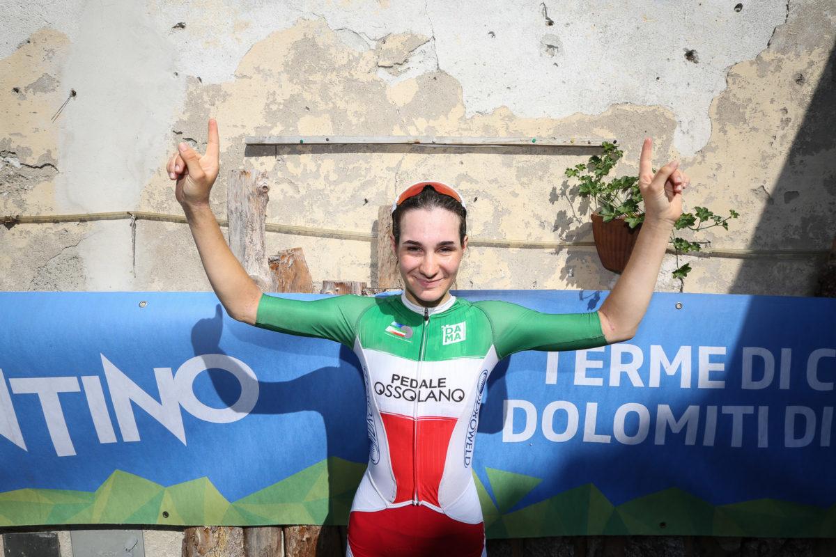 Francesca Barale in maglia tricolore esulta per la vittoria alla CronoBleggio