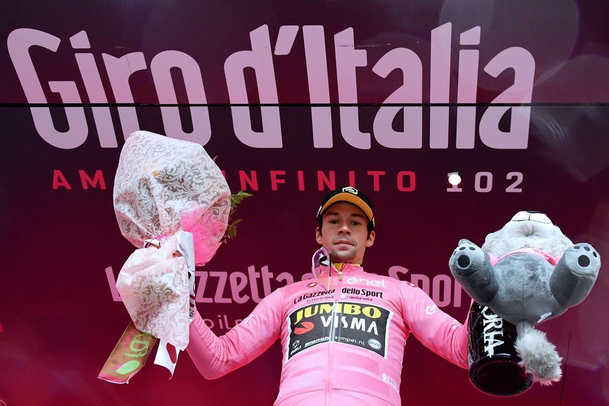 Primoz Roglic resta maglia rosa (foto LaPresse)
