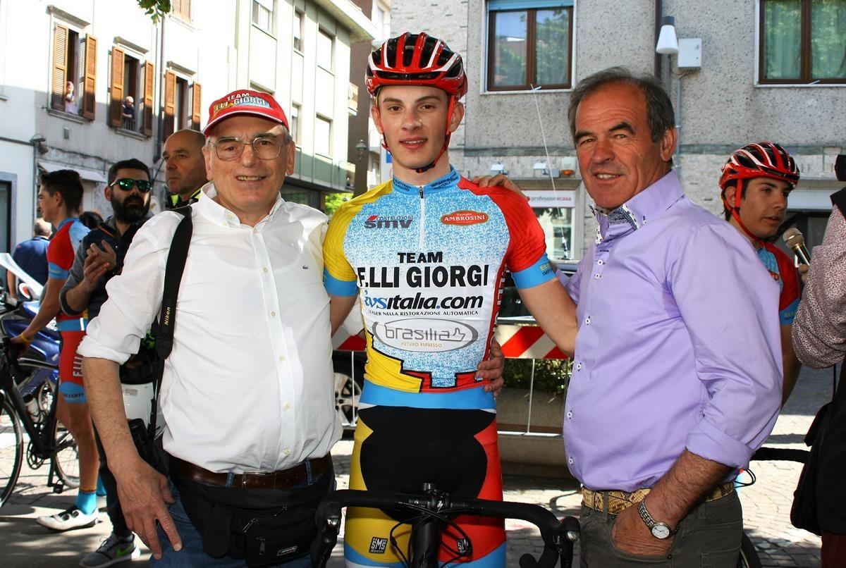 Manuel Tebaldi festeggiato da Carlo Giorgi e Angelo Messa (foto Berry)