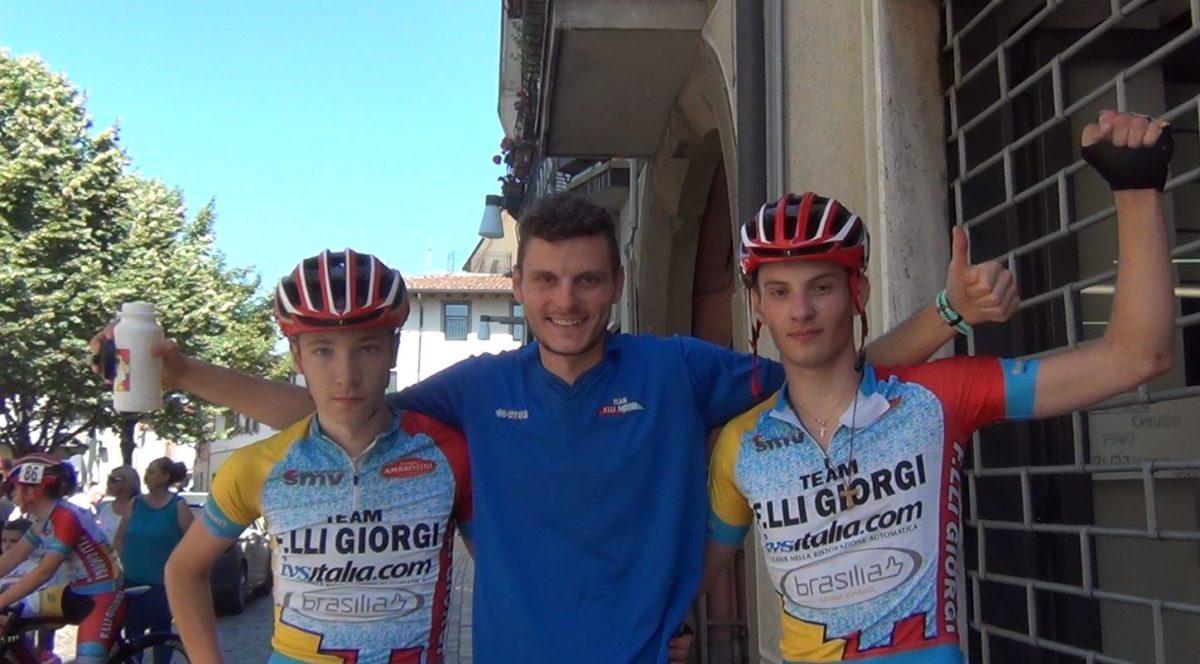 Manuel Tebaldi e Alessandro Belussi sul podio a Osio Sotto, con il DS Stefano Segalini