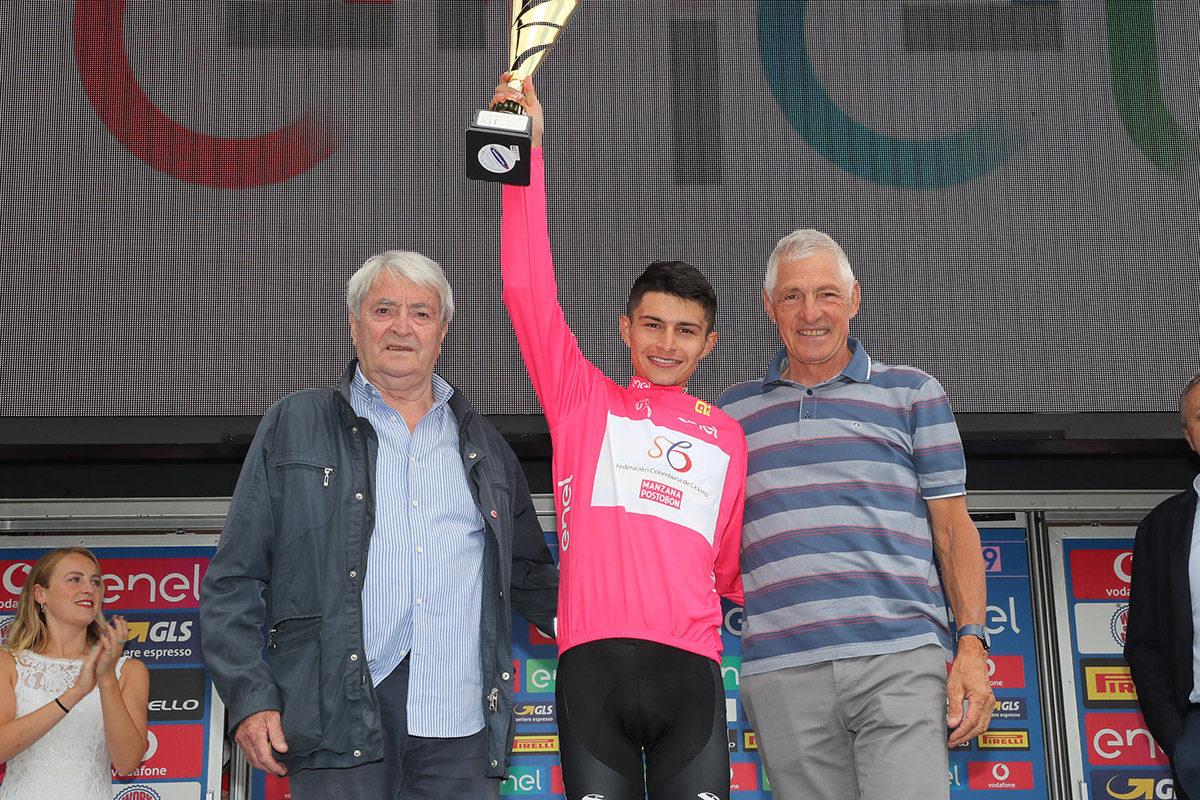 La maglia rosa Andres Camilo Ardila con Dancelli e Moser