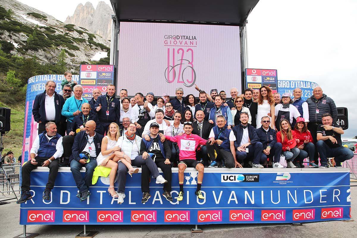 Lo staff del Giro d'Italia U23 con la maglia rosa (foto Isolapress)