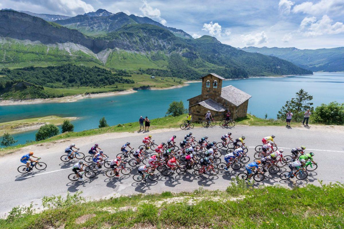 Passaggio suggestivo della prima tappa del Giro Valle d'Aosta (foto Giro VdA)