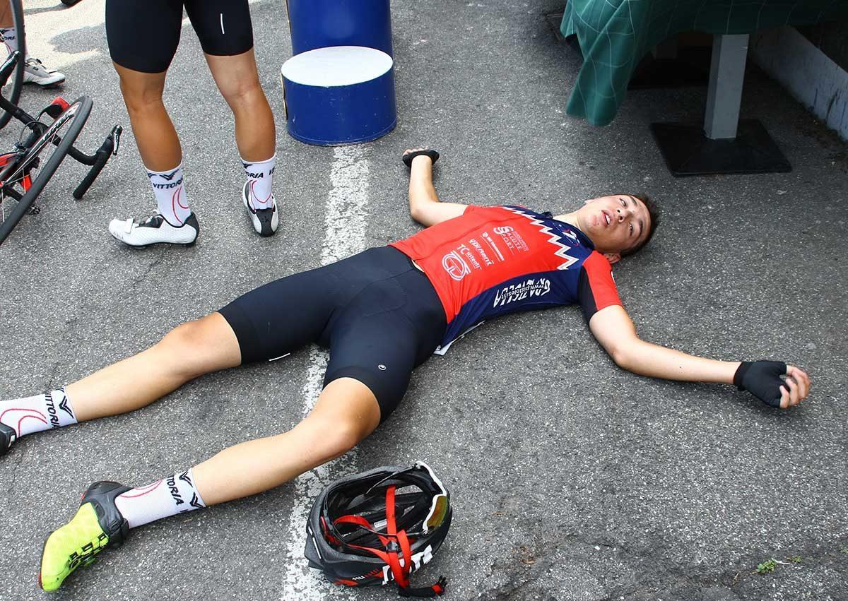 Simone Stocco sfinito dopo il traguardo (foto Berry)