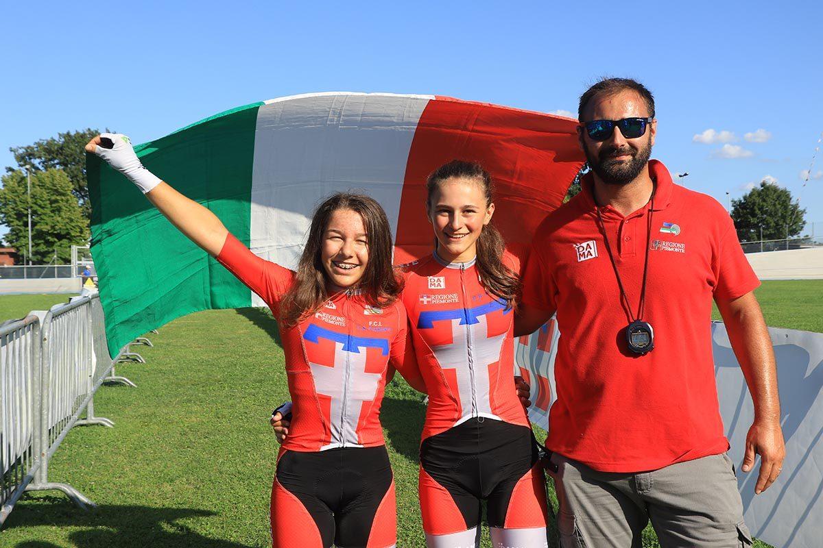 Le piemontesi Anita Baima e Vittoria Grassi festeggiano la vittoria nel Campionato Italiano Velocità a squadre Donne Esordienti (foto Fabiano Ghilardi)