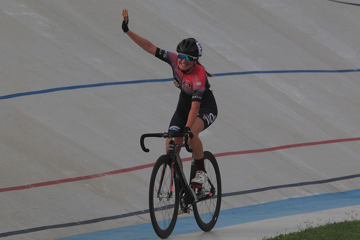 Silvia Bortolotti esulta per la vittoria nel Campionato Italiano Omnium Endurance tra le Donne Allieve (foto Fabiano Ghilardi)
