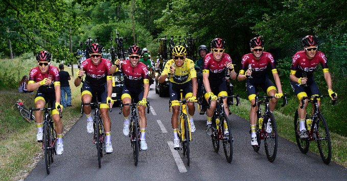 Egan Bernal festeggia la maglia gialla con i compagni di squadra (foto Team Ineos)