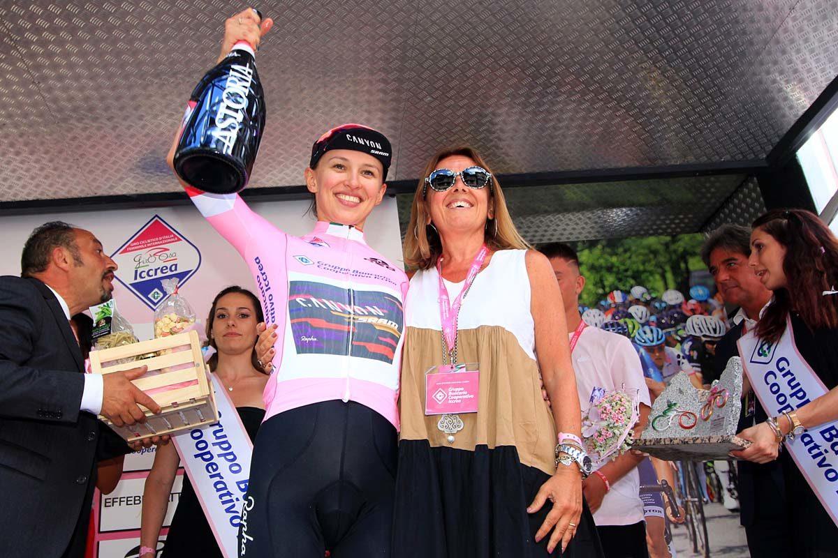 Kasia Niewiadoma mantiene la maglia rosa del Giro Rosa 2019 (foto F.Ossola)