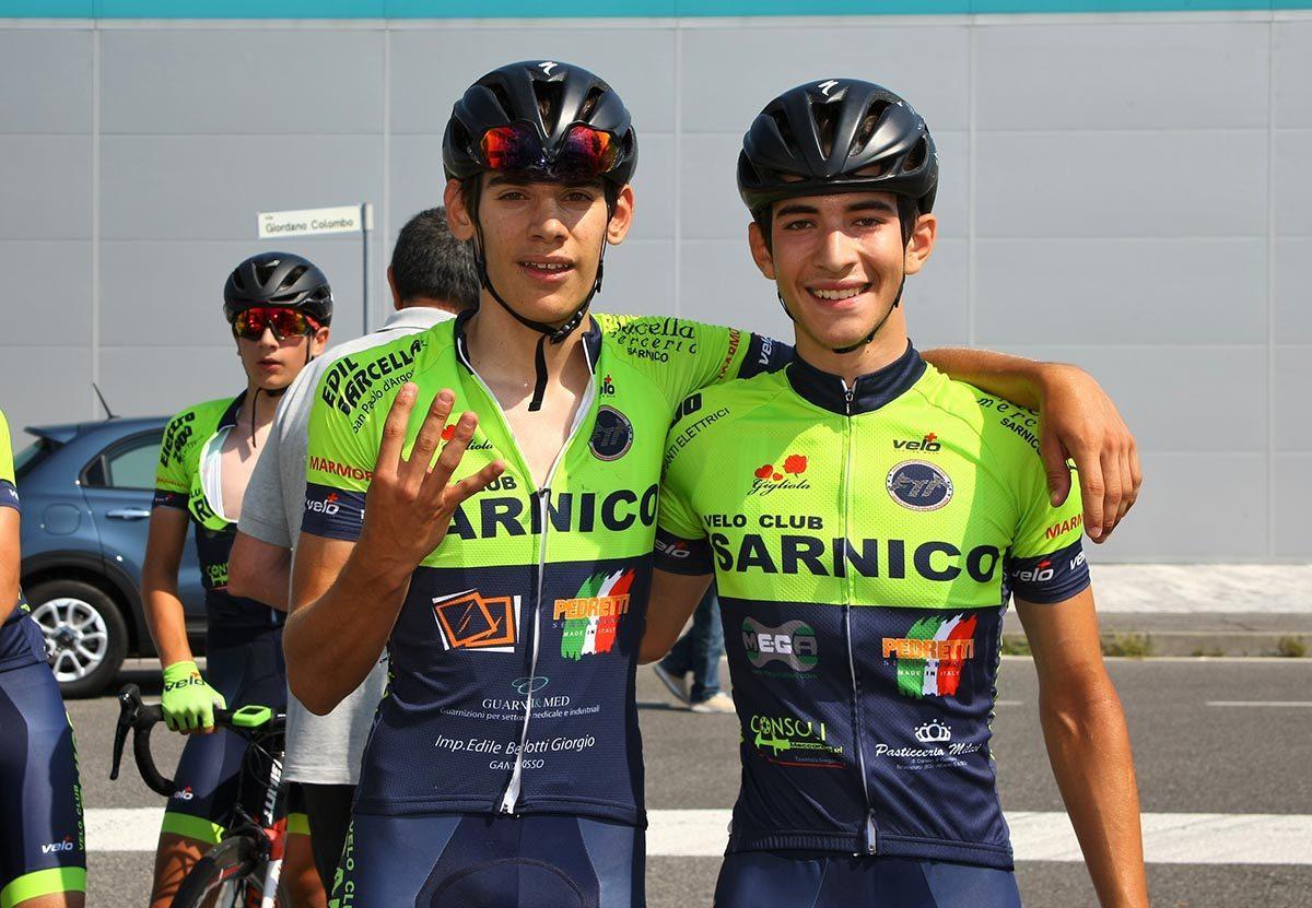 Sebastiano Minoia festeggia la quarta vittoria stagionale a Cernusco col compagno Matteo Bertesago (foto Berry)