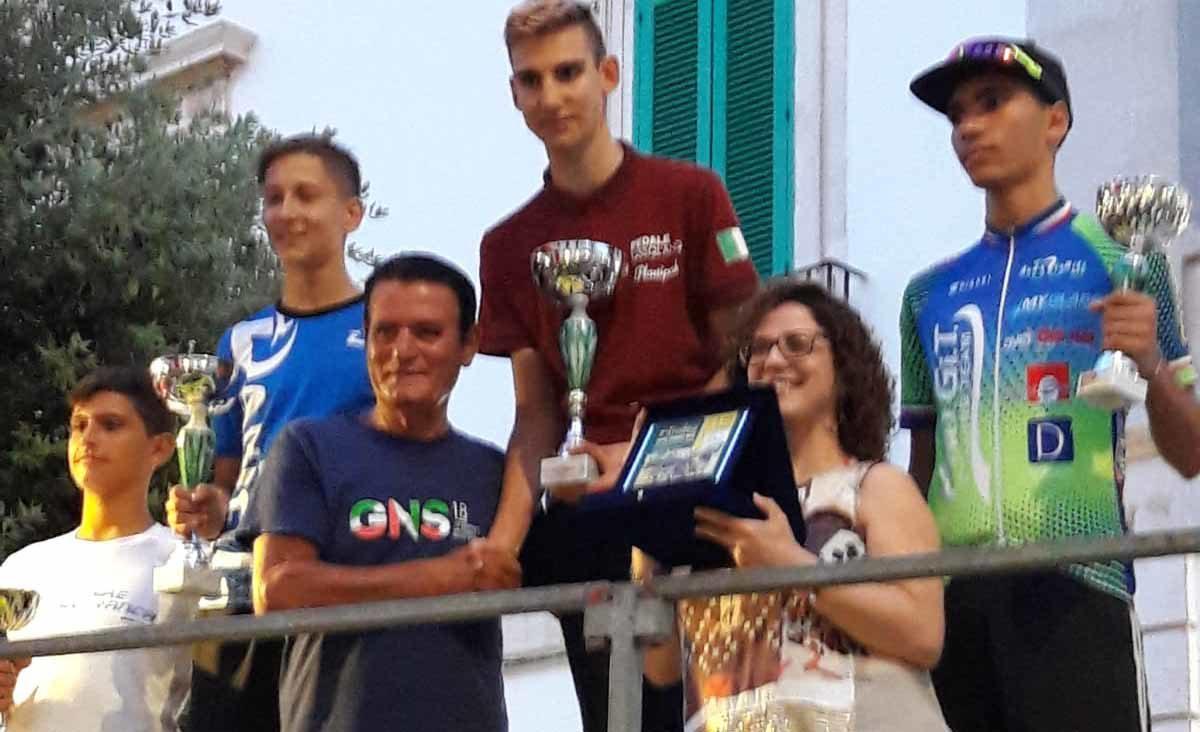 Il podio della gara Esordienti di Alberobello vinta da Myles Porcelli