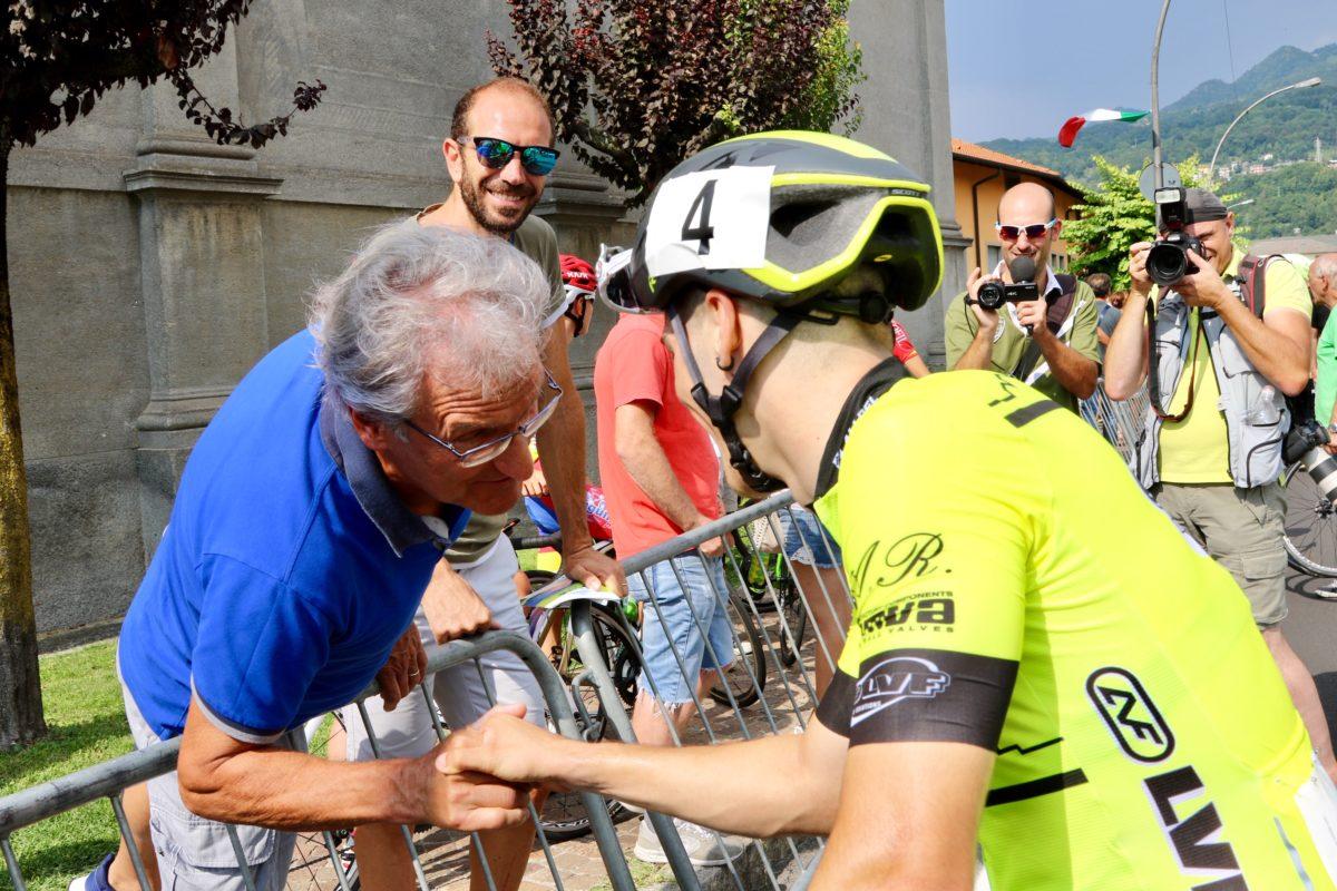 Il CT azzurro Rino De Candido si complimenta con Tomas Trainini (foto Photobicicailotto)