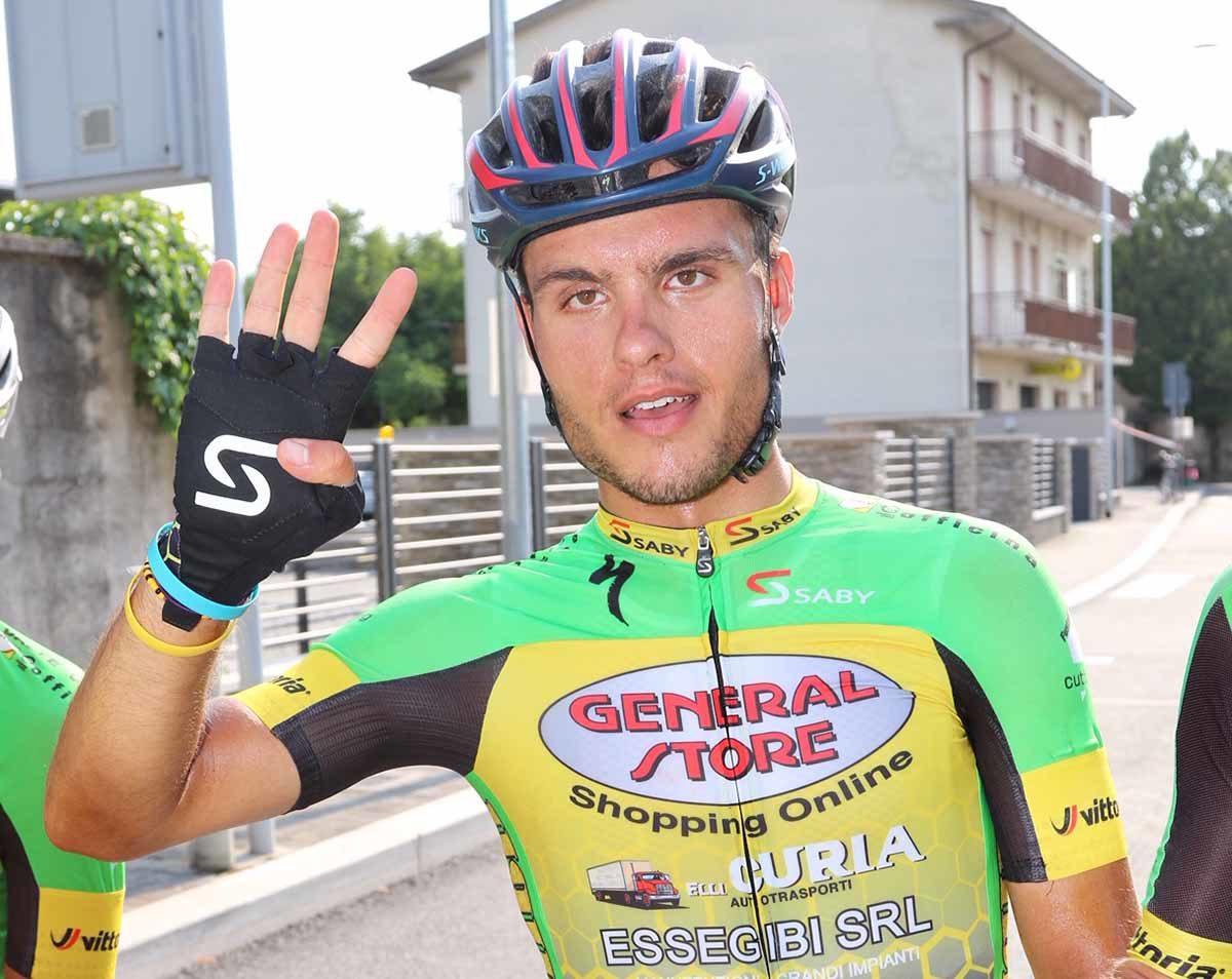 Francesco Di Felice festeggia la quarta vittoria a Caselle di Sommacampagna (foto Photobicicailotto)