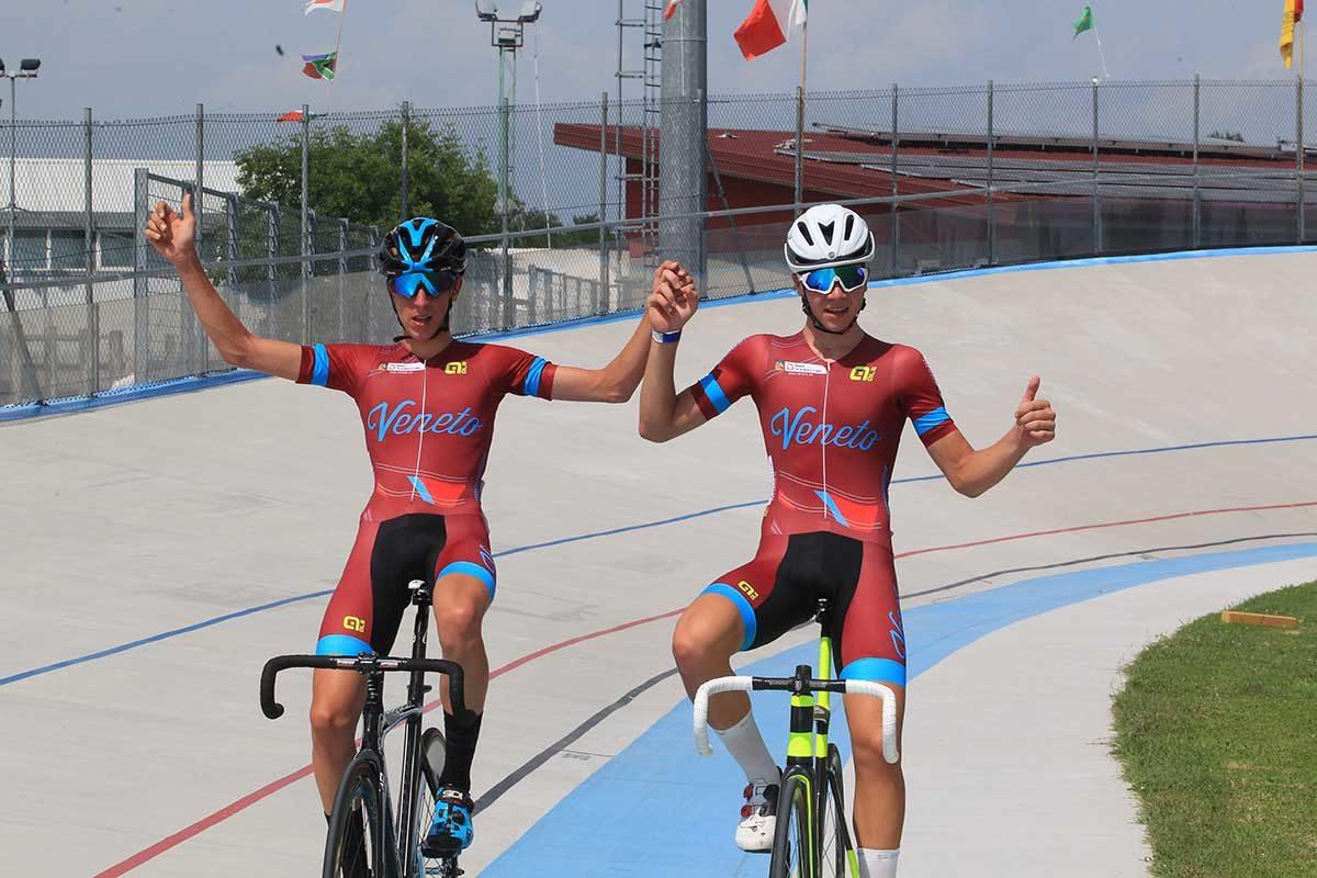 Andrea Violato ed Edoardo Zamperini festeggiano il titolo italiano nella Madison Allievi (foto Fabiano Ghilardi)
