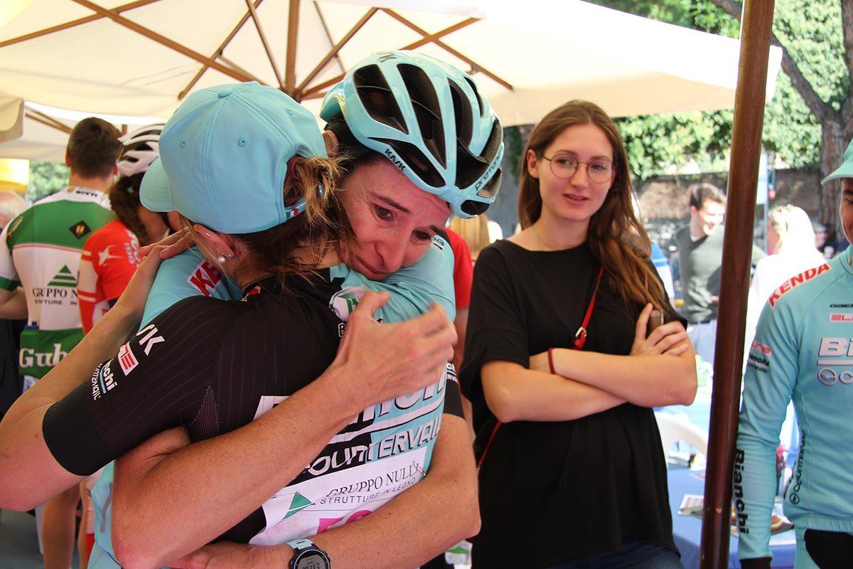 L'abbraccio tra Norma Gimondi e Chiara Teocchi