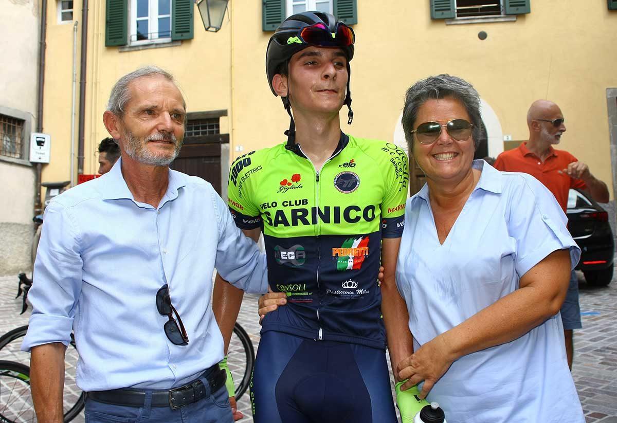 Lino Colosio festeggiato dopo l'arrivo a Clusone (foto Berry)