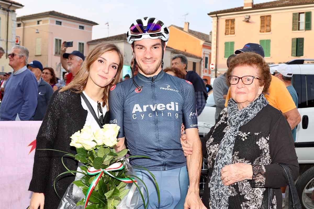 Attilio Viviani, secondo, festeggiato dalla fidanzata e da nonna Gina dopo l'ultima gara tra gli Under 23