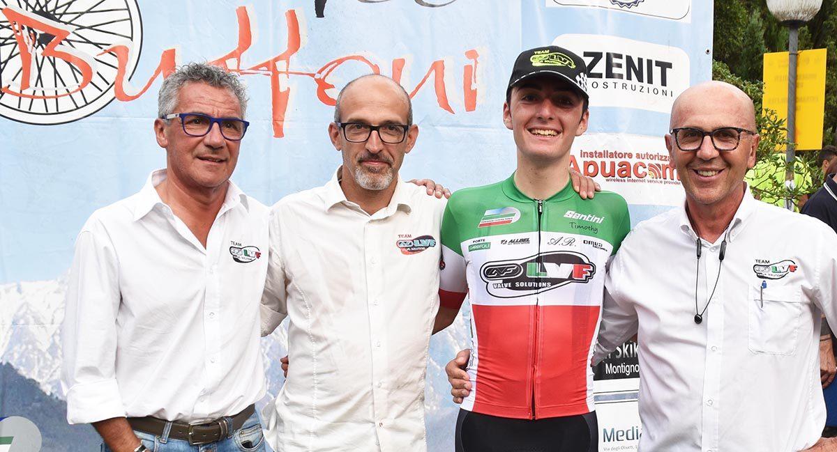 Gianmarco Garofoli con lo staff del Team LVF (foto Rodella)