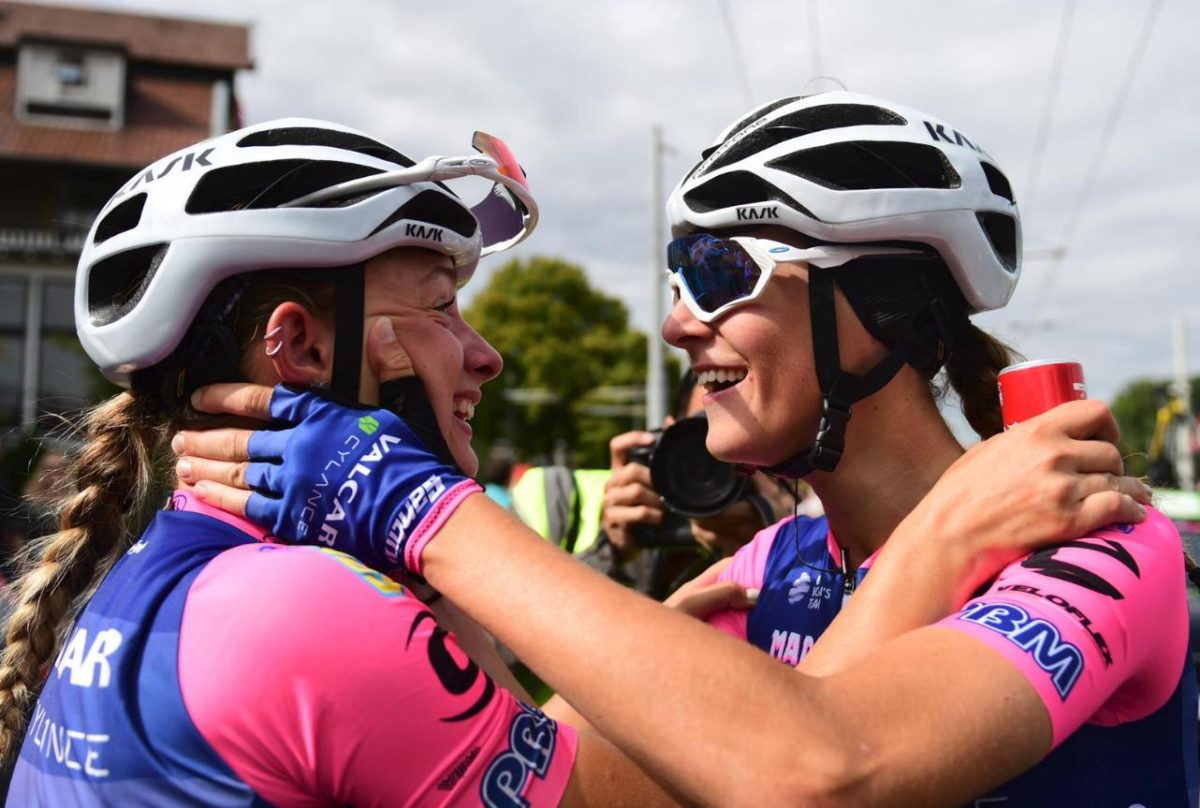 Chiara Consonni festeggia la vittoria con la compagna Vittoria Guazzini (foto Twila Muzzi)