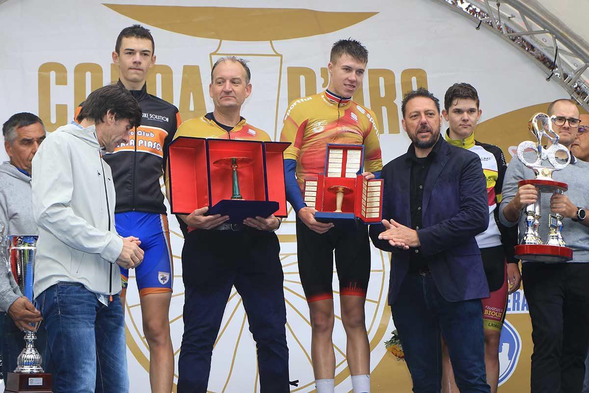 Stefano Casagranda, presidente del Vc Borgo, e Gianni Bugno premiano i vincitori