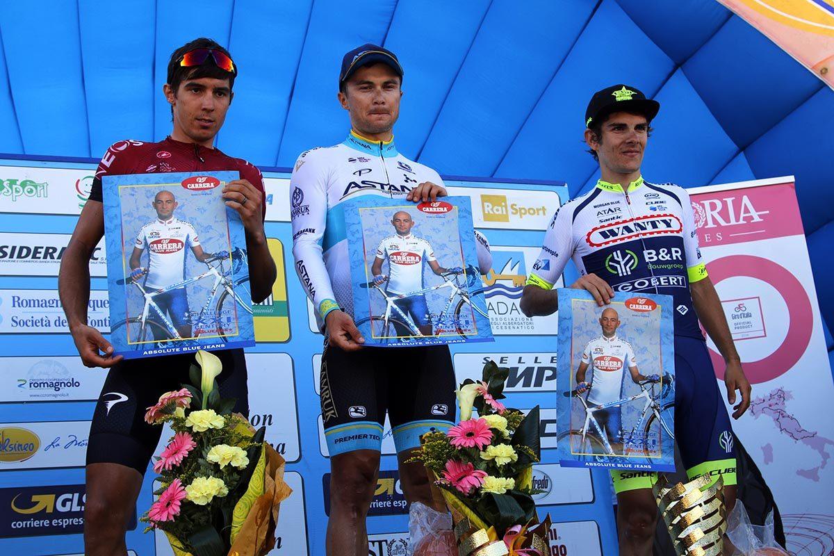 Il podio del Memorial Marco Pantani 2019 con il ricordo del campione di Cesenatico (foto Photobicicailotto)