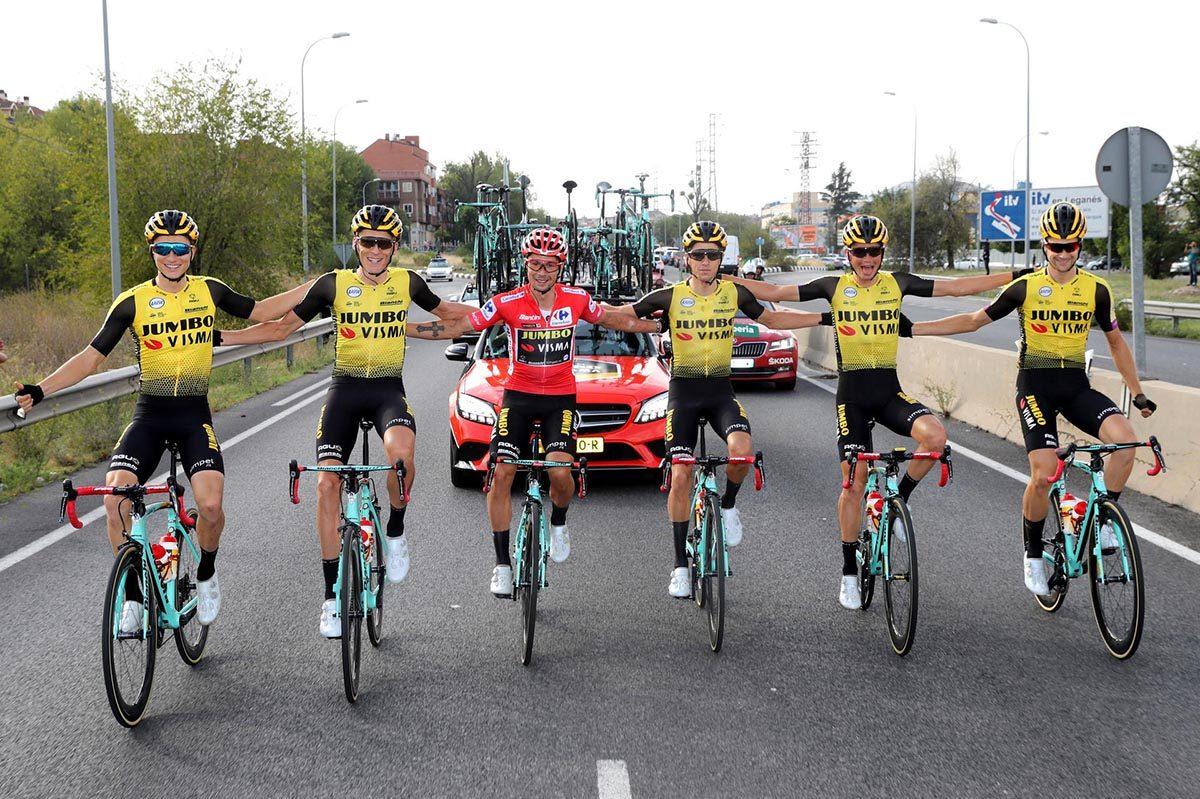 Roglic festeggia con i compagni di squadra la vittoria della Vuelta 2019 (foto BettiniPhoto)