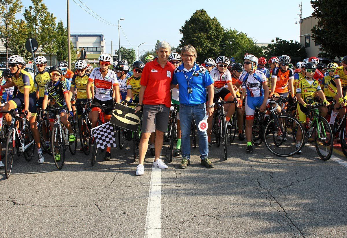 La partenza della gara unica Esordienti di Carugate (foto Berry)
