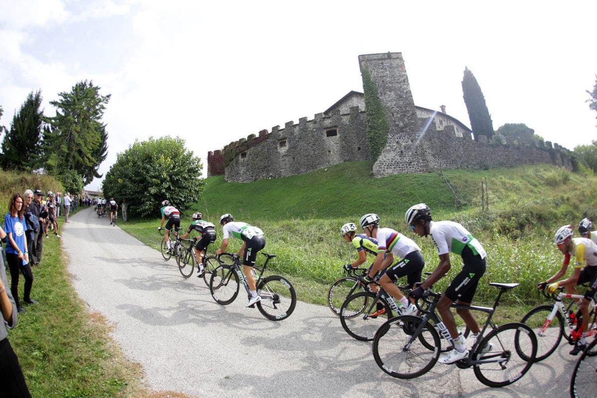 Passaggio dal castello di Arcano (foto Scanferla)
