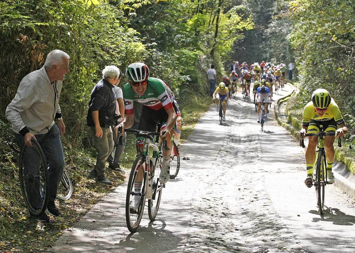 Il campione italiano Gianmarco Garofoli guida l'assalto in salita (foto Rodella)