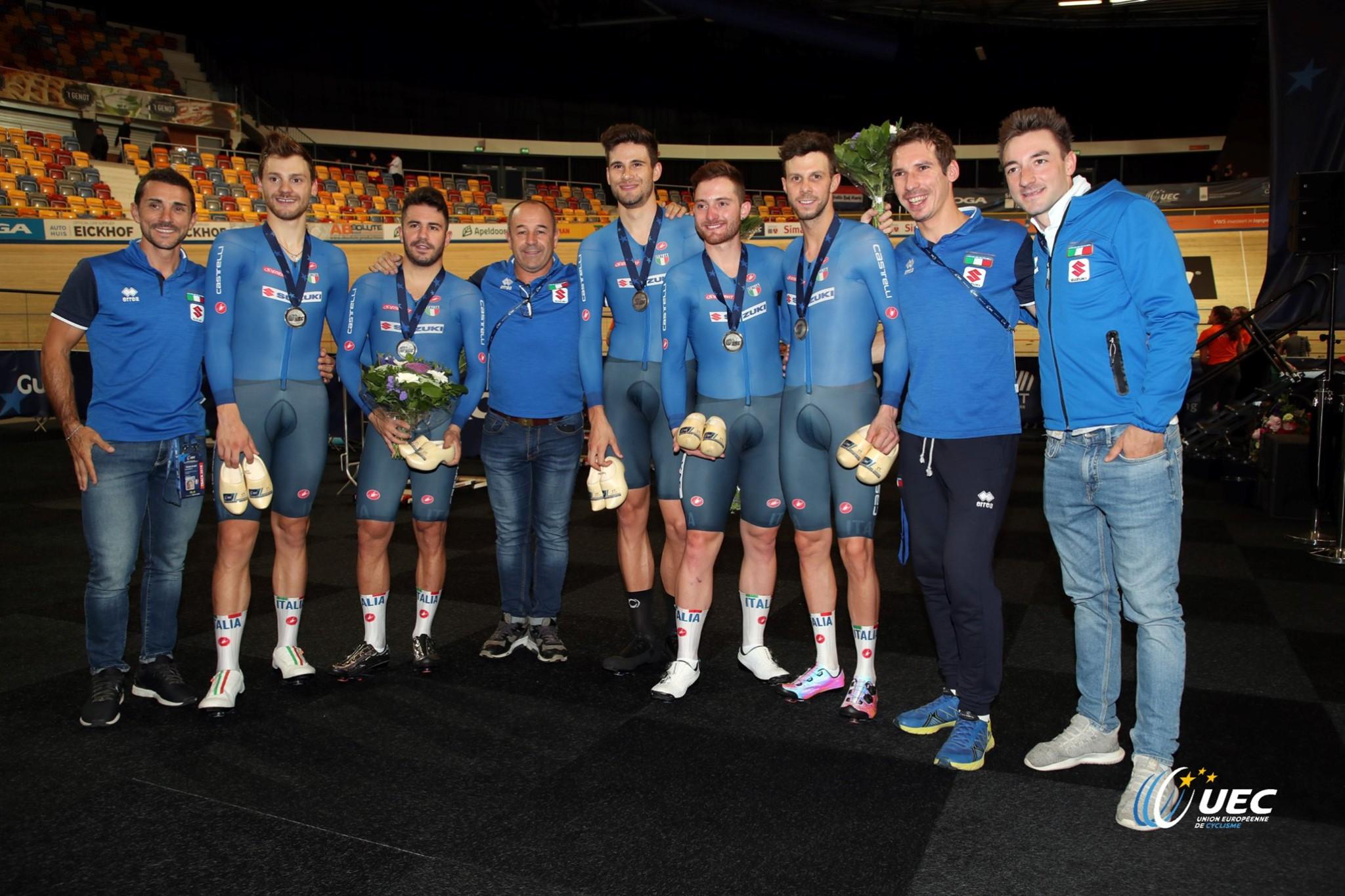 Gli azzurri del CT Marco Villa festeggiano la medaglia d'argento europea nell'Inseguimento a squadre (foto UEC/BettiniPhoto)