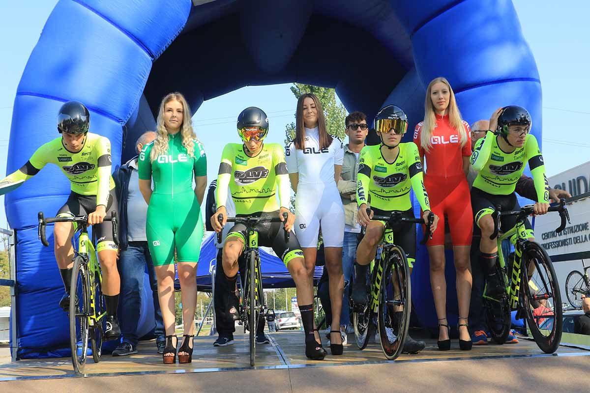 Il Team LVF alla partenza del Campionato Italiano Cronosquadre Juniores (foto Fabiano Ghilardi)