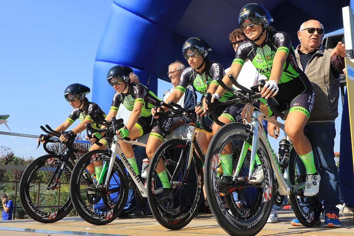 Le ragazze della Cicli Fiorin alla partenza del Campionato Italiano Cronosquadre Donne Allieve (foto Fabiano Ghilardi)
