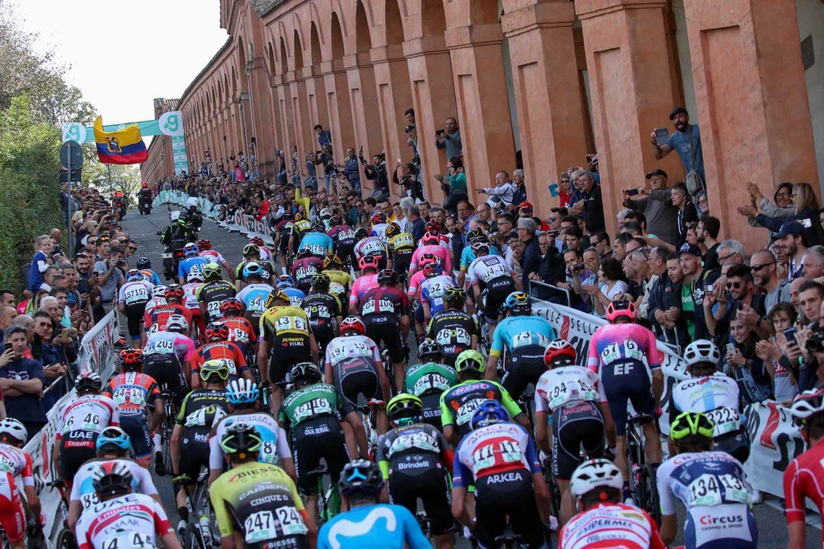 Un passaggio del gruppo sulla salita di San Luca al Giro dell'Emilia 2019 (foto BettiniPhoto)