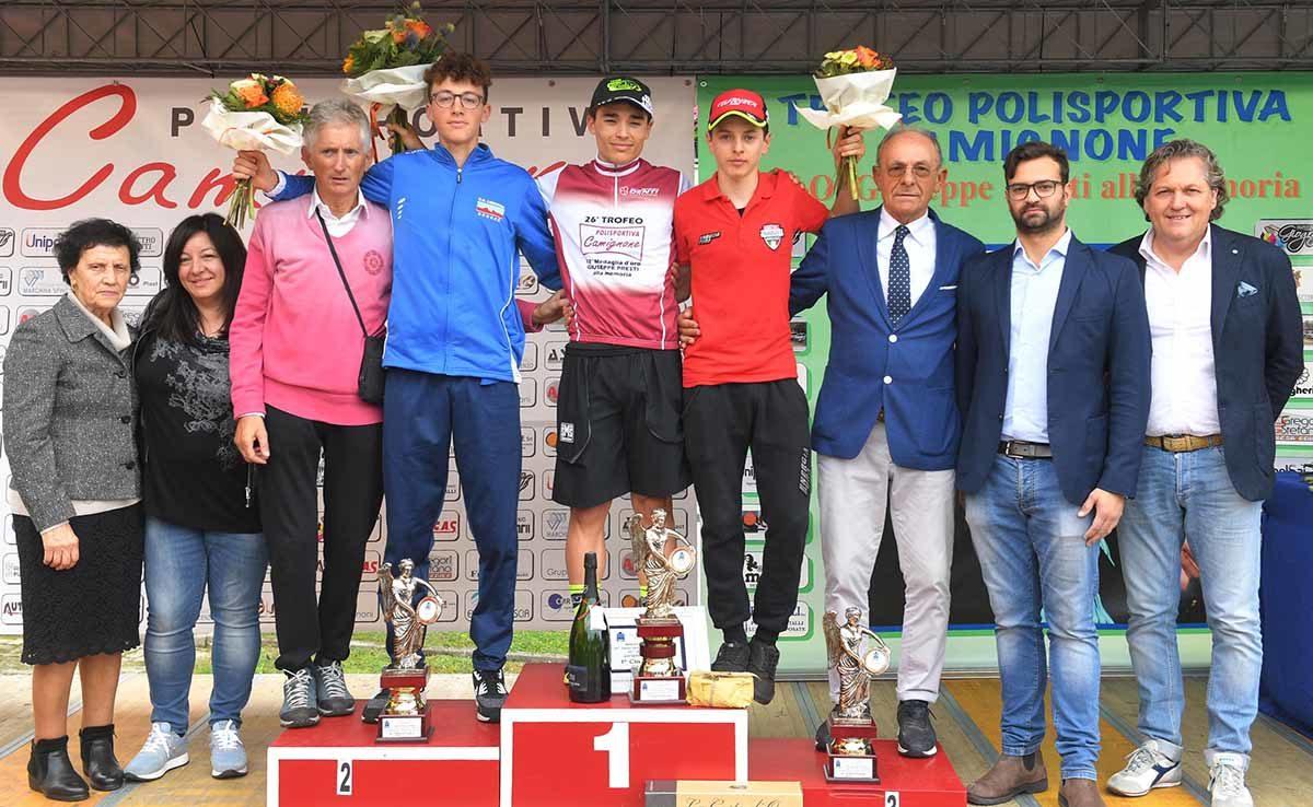 Il podio con le autorità della gara Juniores di Camignone (foto Rodella)