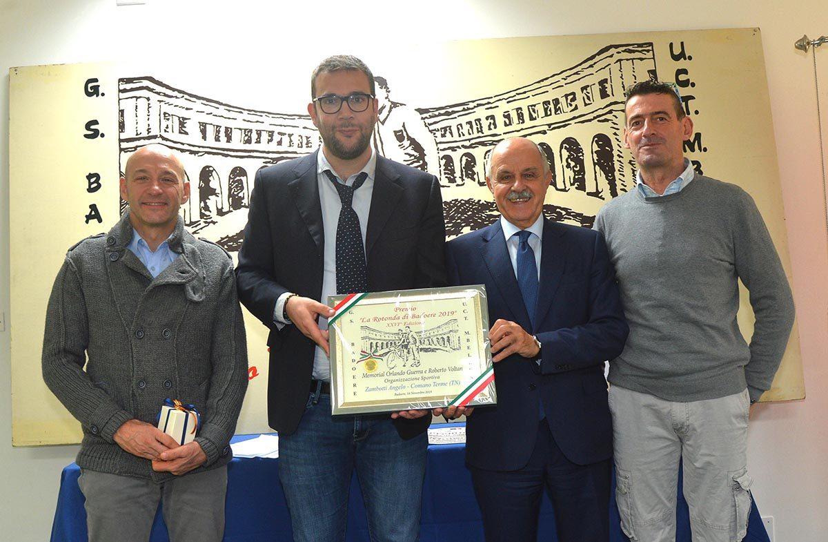 Rotonda di Badoere: Angelo Zambotti riceve con Andrea Malcotti il premio Organizzazione Sportiva da parte di Renato Di Rocco (foto Remo Mosna)