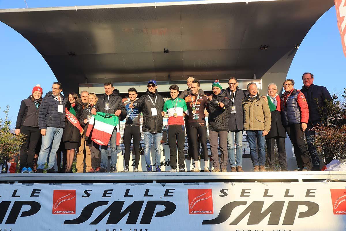 Il podio Elite del Campionato Italiano Ciclocross con il Comitato Organizzatore (foto Fabiano Ghilardi)