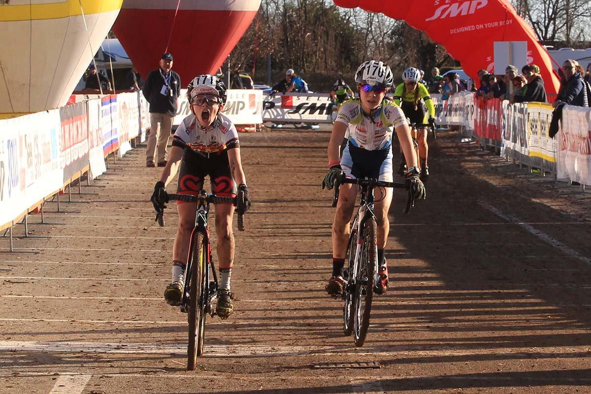 La sequenza dell'arrivo tra Anna Sinner ed Elisa Ferri al Campionato Italiano Ciclocross Donne Esordienti 1° anno a Schio (foto Fabiano Ghilardi)