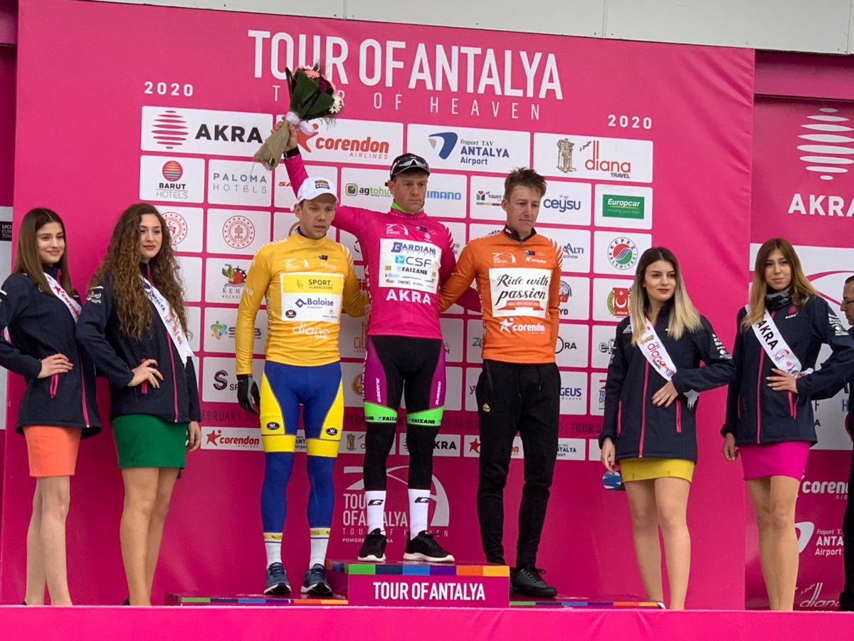 Giovanni Lonardi leader sul podio dopo la seconda tappa del Tour of Antalya 2020 (foto Tour of Antalya & @berkmercanci @mercanciberk)