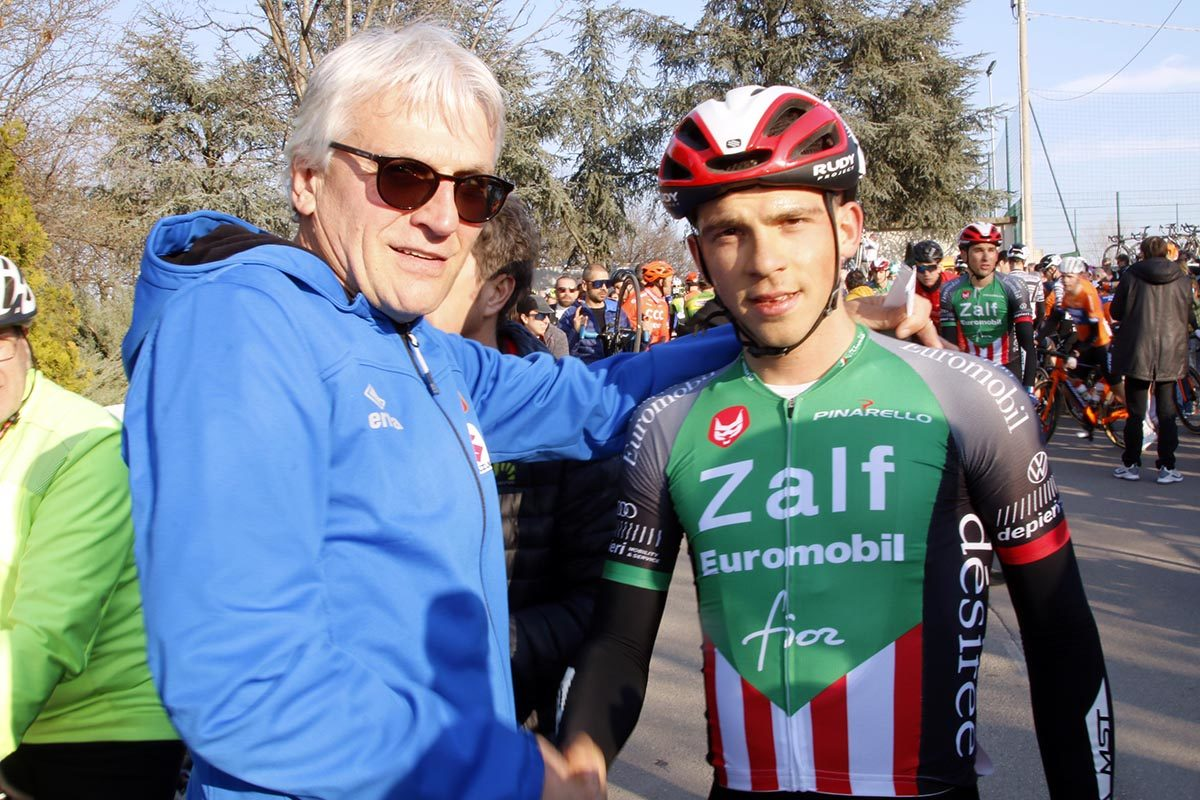 Enrico Zanoncello riceve i complimenti dal CT azzurro Marino Amadori (foto Photobicicailotto)